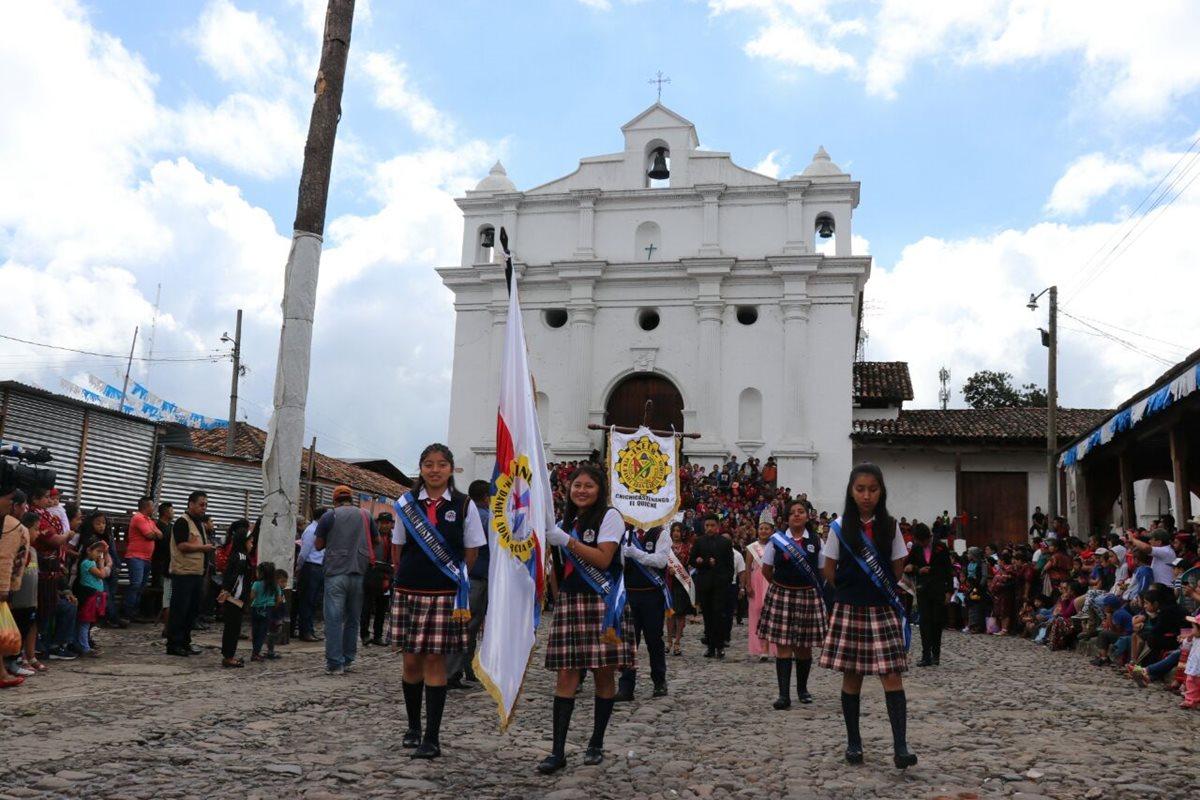 Estudiantes indígenas del instituto INEEB de Chichicastenango, Quiché, lucen su traje tradicional en desfile cívico. (Foto Prensa Libre: Héctor Cordero)