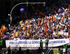 Unas seis mil 500 personas, según cálculos oficiales, marcharon en Barcelona. (Foto Prensa Libre. AFP)