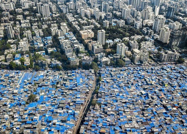 Bombay, India. Los techos azules son lonas diseñadas para proteger contra el el viento monzón. JOHNNY MILLER/MILLEFOTO