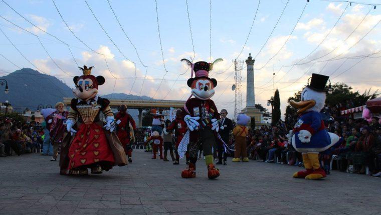 Personajes de diferentes películas y caricaturas bailan en el parque San Miguel. (Foto Cortesía Convite Año Nuevo)