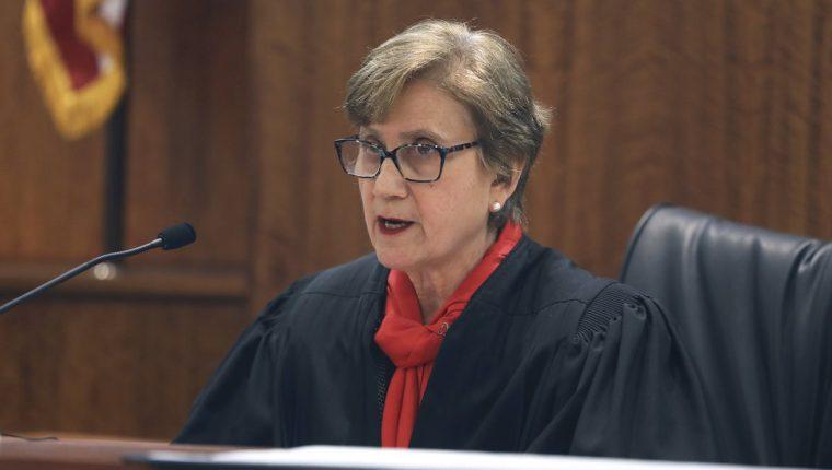 La juez Susan Garsh mientras emite el dictamen de retiro de condena a Hernández. (Foto Prensa Libre: AP)