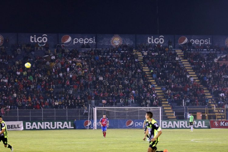 La afición quetzalteca vivió al máximo el duelo. (Foto Prensa Libre: Carlos Ventura)