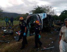Autobús accidentado en la ruta al Atlántico, en Río Hondo. (Foto Prensa Libre: @CBMDEPTAL).