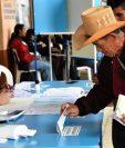 Pobladores de San Juan Sacatepéquez llegaron a los centros de votación desde diversas aldeas. (Foto Prensa Libre: AFP).