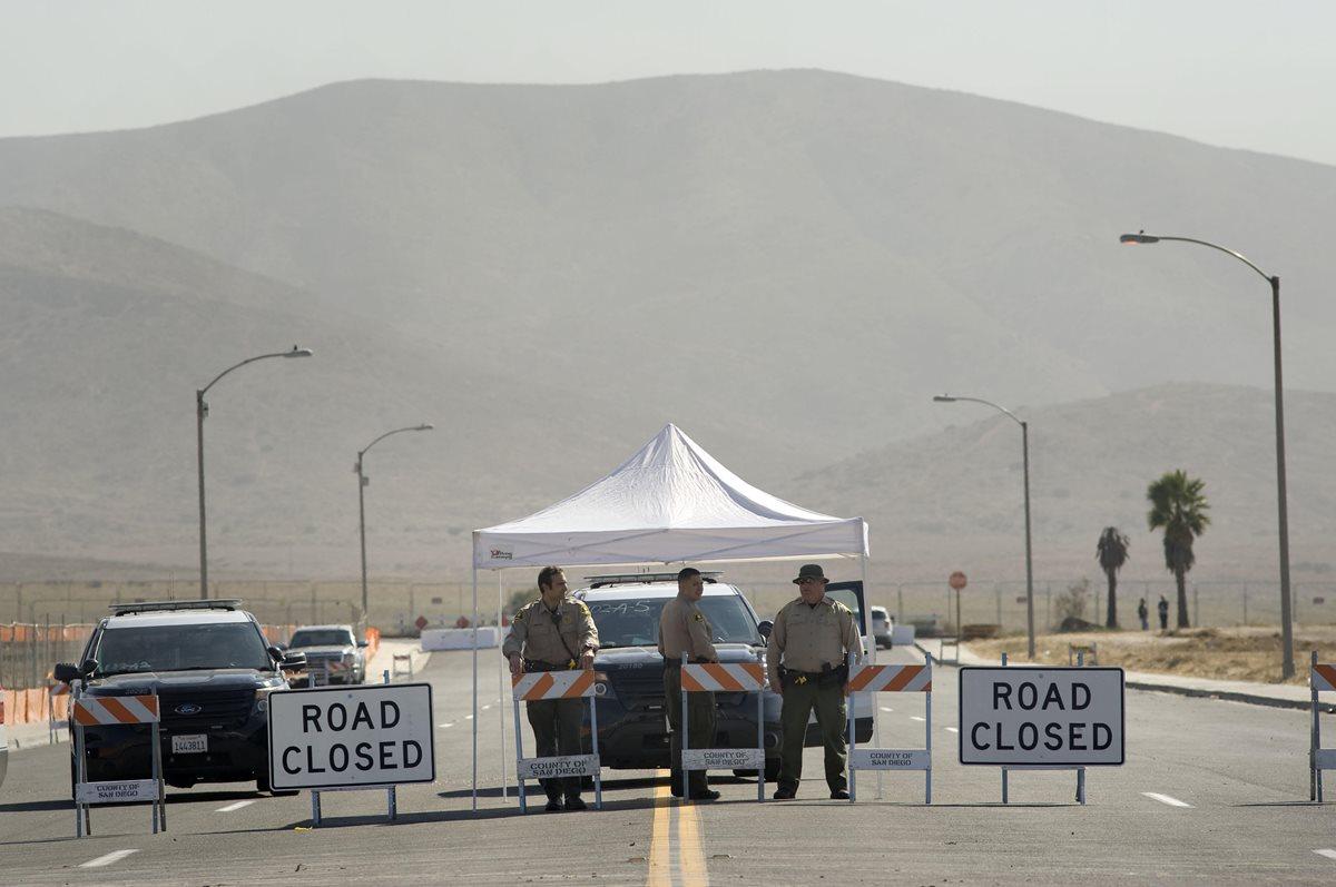 Agentes de la Oficina del Alguacil del Condado de San Diego cortan el acceso al área cercana en donde se construirán los prototipos del muro fronterizo.(Foto Prensa Libre:EFE).