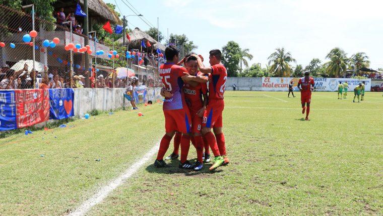 Selvin Pilar festeja con sus compañeros luego de abrir el marcador. (Foto Prensa Libre: Enrique Paredes)