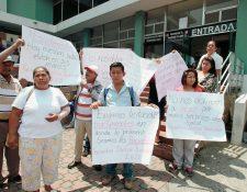 Pacientes renales protestan frente a las Oficinas del IGSS por el mal servicio de Droguería Pisa. (Foto Prensa Libre: Hemeroteca PL)