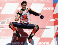 Marc Márquez celebró así su quinto título de la Moto GP. (Foto Prensa Libre: AFP)