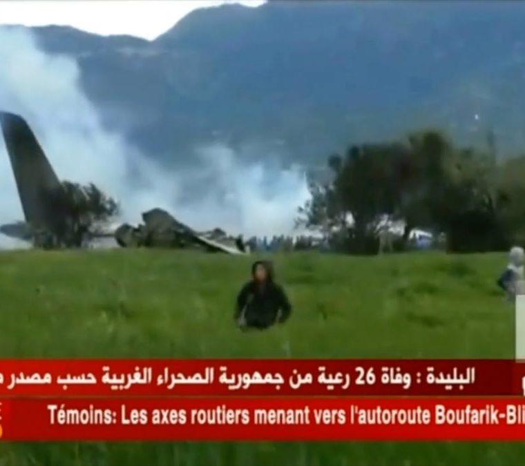 Una imagen de video muestra la escena del accidente de un avión poco después de despegar de una base aérea en las afueras de la capital, Argel.(AFP).