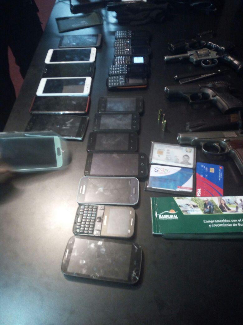 Al menos 20 teléfonos móviles encontró la PNC a un supuesto ladrón que minutos antes había despojado a pasajeros de un bus y a un elemento de la PMT. (Foto Prensa Libre: Estuardo Paredes)