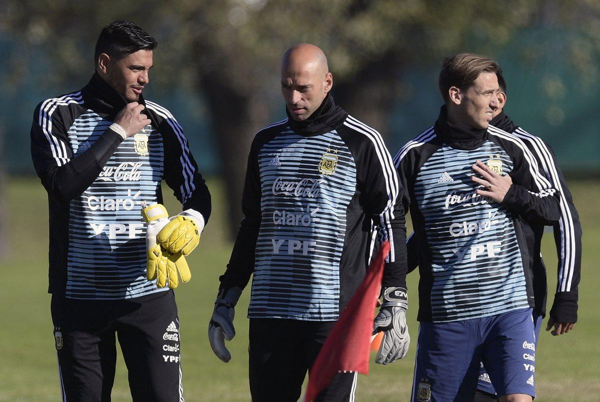 Sergio Romero, Willy Caballero y Lucas Biglia durante el entrenamiento en Ezeiza, Buenos Aires. (Foto Prensa Libre: AFP)