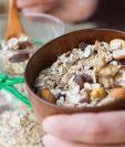 El muesli bircher consiste de manzana rallada, canela, avena, nueces, semillas y yogurt. GETTY IMAGES