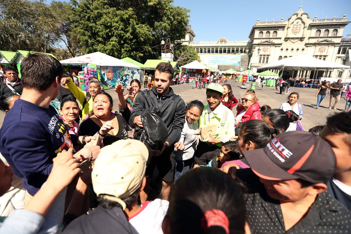 Una gran cantidad de seguidores se le acercaron a Rodrigo Saravia. (Foto Prensa Libre: Jeniffer Gómez)