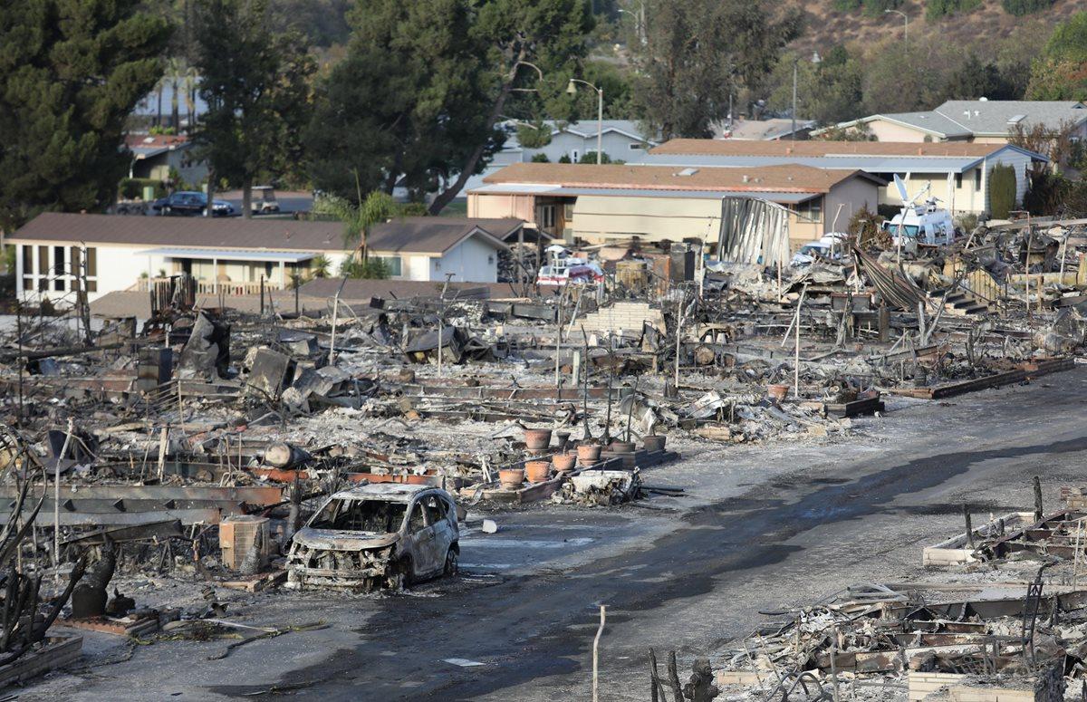 Varias casas móviles fueron consumidas por el incendio forestal en Fallbrook, California. (Prensa Libre:EFE).
