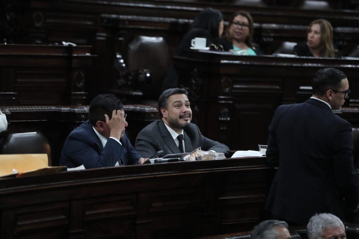 El diputado oficialista Javier Hernández observa el tablero electrónico del Congreso y los escasos votos a favor de retirar la inmunidad de Jimmy Morales. (Foto Prensa Libre: Juan Diego González)