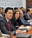 A la Comisión de Economía del Congreso asistieron representantes del Banco Mundial, el ministro de Finanzas —de corbata corinta—, Víctor Martínez; el presidente del Banco de Guatemala, Sergio Recinos, y analistas del Icefi y de Asíes.