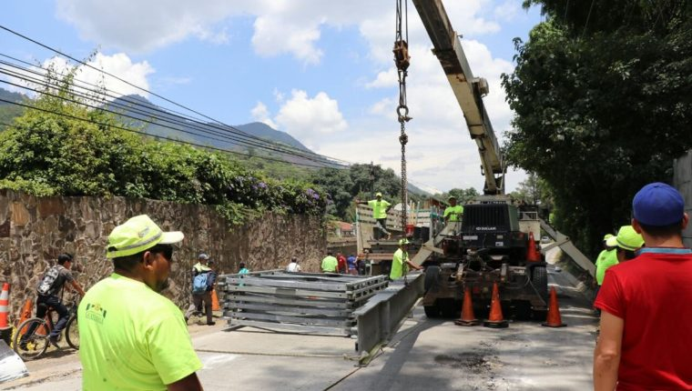 Trabajadores de Covial instalan un puente bailey el kilómetro 68.2 de la ruta entre Pastores y Jocotenango, Sacatepéquez. (Foto Prensa Libre: Renato Melgar)
