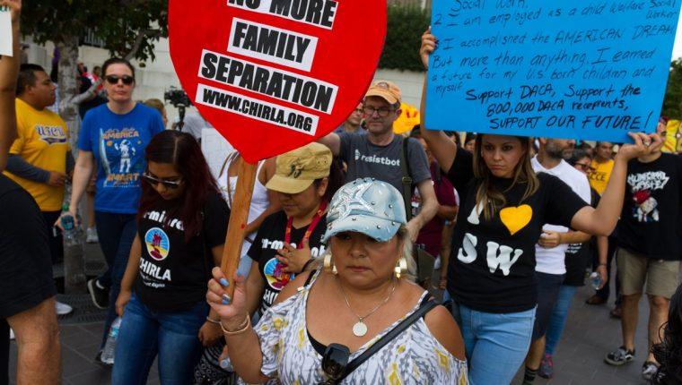 Activistas e inmigrantes marchan este lunes en Los Ángeles, para que se mantenga beneficio del DACA. (Foto Prensa Libre: EFE)