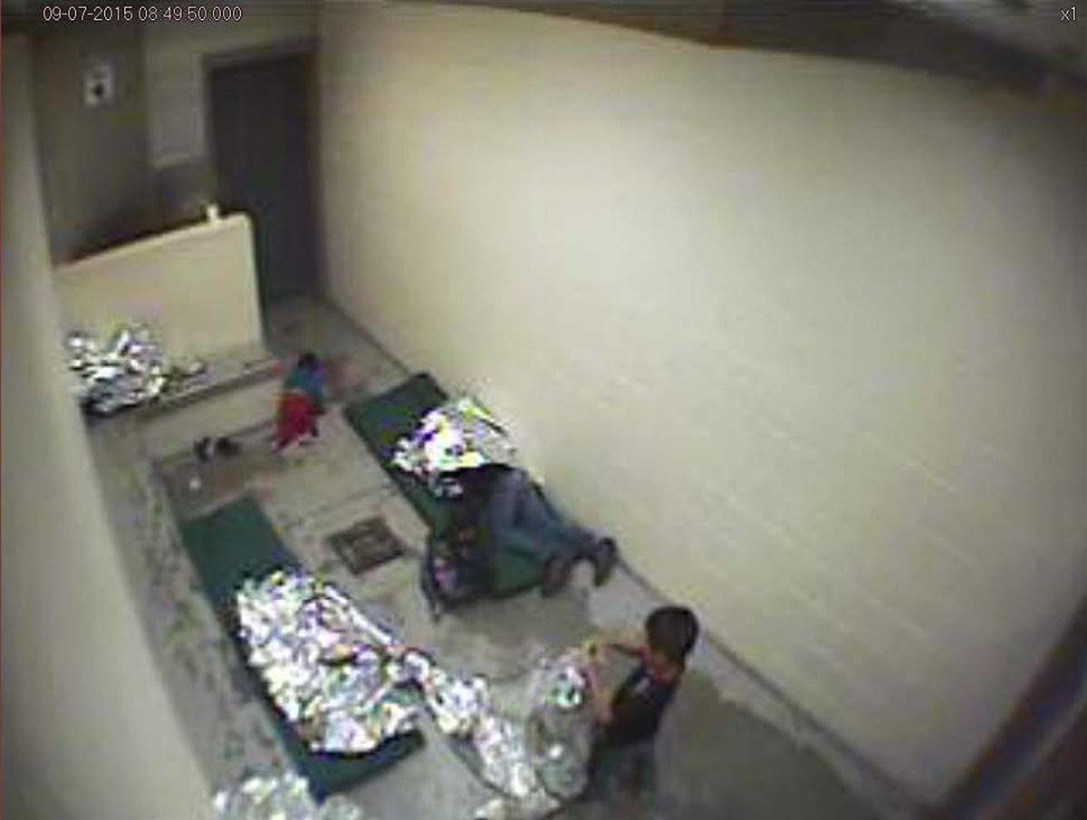 Captura de video de las celdas de la Patrulla Fornteriza que revelan condiciones deplorables de capturados. (Foto Prensa Libre: AP)