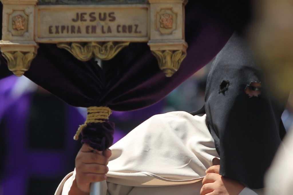 Uno de los creyentes muestra uno de los pasos de la agonía de Jesús.