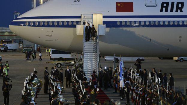 Aquí es cuando Xi, el verdadero Xi, finalmente sale del avión. AFP