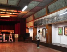 Visitantes nacionales y extranjeros visitan la exposición Remembranzas Septembrinas en el museo de historia de Quetzaltenango, Salvador De León Toledo en Xela. (Foto Prensa Libre: Fred Rivera)