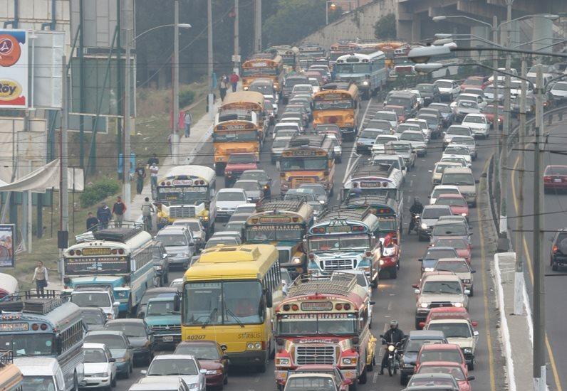 Filas de vehículos se forman en la calzada Raúl Aguilar Batres. (Foto Prensa Libre: Hemeroteca)