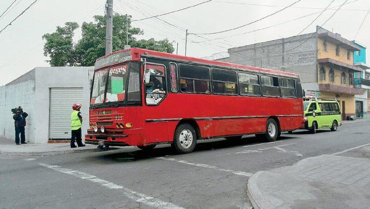 El piloto del bus de la ruta 32 fue baleado por un pasajero en la colonia Quinta Samayoa. (Foto Prensa Libre: Estuardo Paredes).