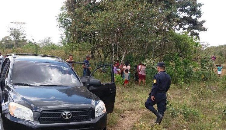 Vehículo en el que se desplazaban las víctimas del ataque armado en La Libertad. (Foto Prensa Libre: Rigoberto Escobar).