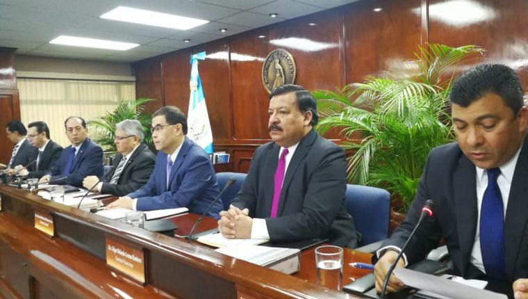 El presidente del Banco de Guatemala, Sergio Recinos (en medio) y el vicepresidente Alfredo Blanco presentaron las proyecciones del desempeño de la economía para el 2019, luego que la Junta Monetaria aprobará los lineamientos. (Foto Prensa Libre: Urías Gamarro)