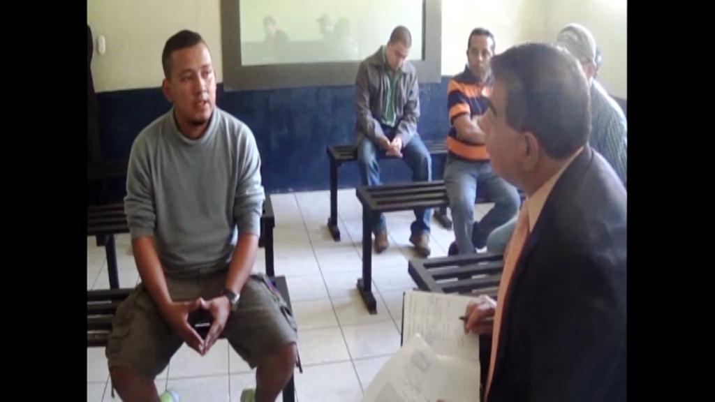 Hugo Fonseca, quien fue sindicado de la muerte de José Armando Melgar, es interrogado por el exfiscal contra el Crimen Organizado Ronny López, en el Centro Preventivo de la zona 18, en diciembre del 2015. Atrás, auxiliares fiscales.
