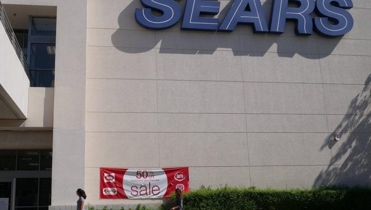 Clientes entran en una tienda Sears en Northridge, California, EE. UU., la empresa icónica, fundada en 1892, se declaró oficialmente en quiebra. (Foto Prensa Libre: EFE)