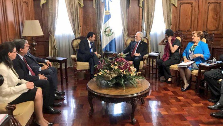 Comitiva de la Comisión Interamericana de Derechos Humanos se reúne con el presidente Jimmy Morales. (Foto Prensa Libre: Gobierno de Guatemala)