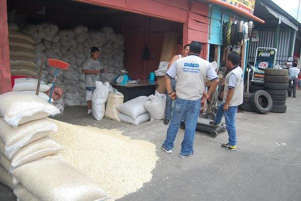 """Personal de la Diaco supervisan ventas de maíz en Coatepeque, Quetzaltenango. (Foto Prensa Libre: Alexander Coyoy)<br _mce_bogus=""""1""""/>"""