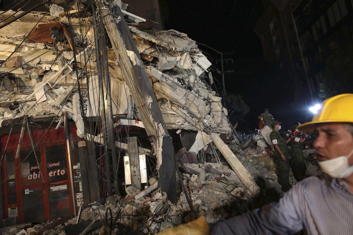 Cientos de mexicanos, entre brigadistas y voluntarios, continúan intentando rescatar a personas con vida de los edificios colapsados en Ciudad de México. (Foto Prensa Libre: EFE)