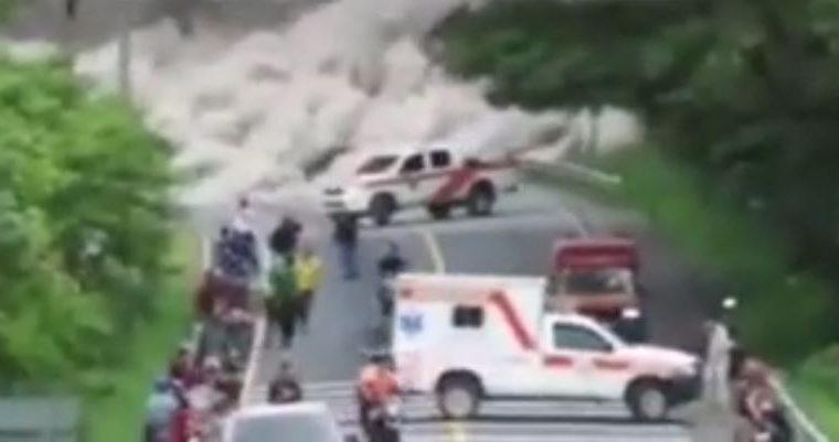 La ambulancia blanca, en la que viajaban tres bomberos, segundos antes de quedar atrapada en una nube de ceniza. (Foto tomada del video)