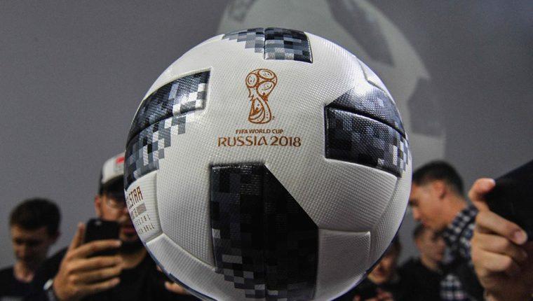 El Telstar 18 es el balón que se utilizará para el Mundial de Rusia. (Foto Prensa Libre: AFP)
