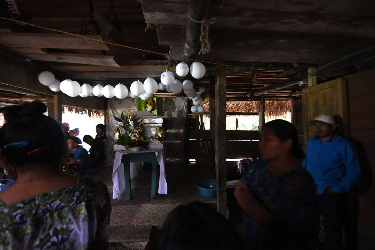 Un largo trayecto de unas 10 horas tardó el cortejo hasta la comunidad rural del municipio maya-q'eqchi' de Raxruhá.