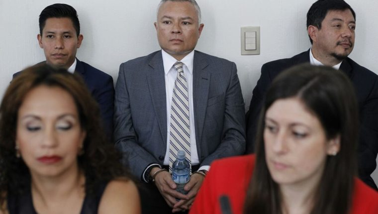 Salvador González aguarda en el Juzgado Tercero Penal para rendir su declaración como anticipo de prueba. (Foto Prensa Libre: Paulo Raquec)