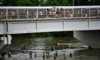 Migrantes hondureños, durante una caravana en diciembre a su paso por el puente fronterizo internacional Guatemala-México, en Ciudad Hidalgo, estado de Chiapas, México. (Foto Prensa Libre: Hemeroteca PL)