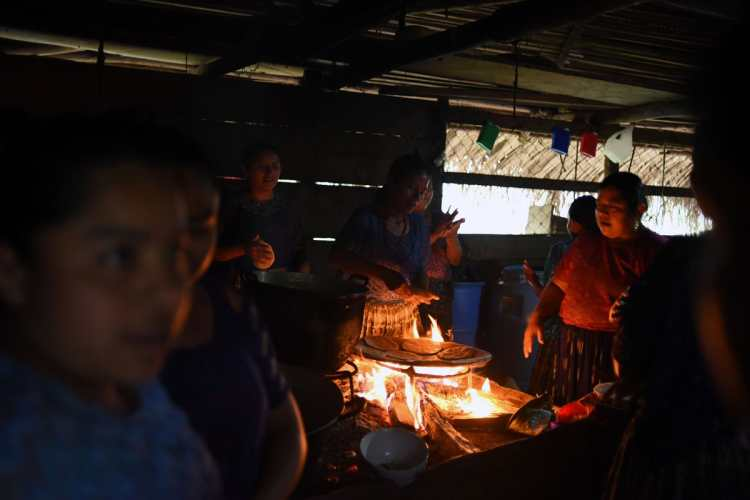 Mujeres indígenas preparan tortillas en la casa de Jakelin, mientras esperan la llegada del cortejo fúnebre.