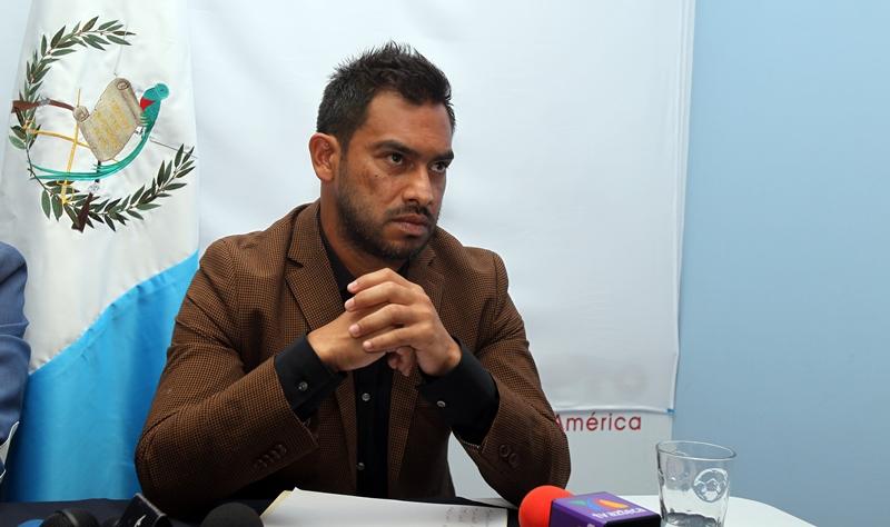 Carlos Ruiz mostró molestia en la conferencia que ofreció en la sede de la AFG. (Foto Prensa Libre: Carlos Vicente)