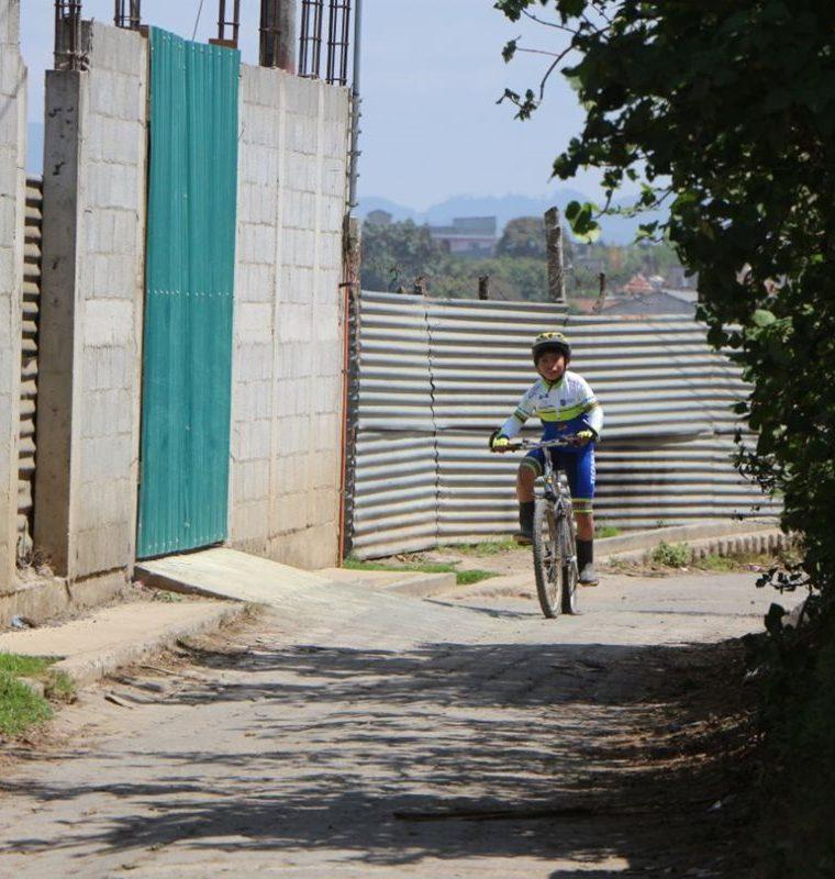 El pequeño ciclista de botas de hule quiere practicar ciclismo de montaña. (Foto Prensa Libre: Cortesía Nery Ajsivinac, Fedeciclismo)