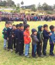 Una larga fila de niños se formó en el Estadio Municipal de Huitán, donde se hizo la entrega. (Foto Prensa Libre: Fred Rivera)