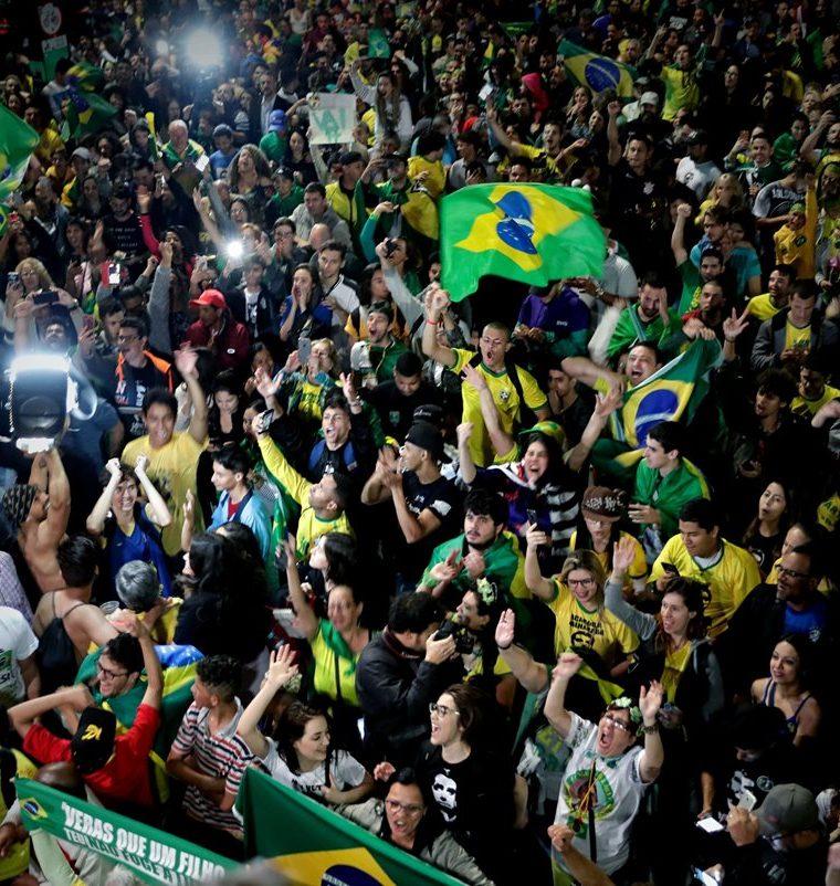 Simpatizantes del candidato a la presidencia de Brasil Jair Bolsonaro celebran su victoria en la avenida Paulista, en Sao Paulo. (Foto Prensa Libre: EFE)