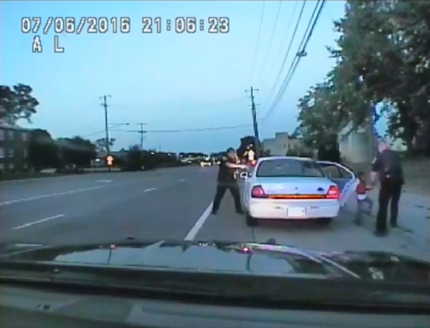 Imagen de un video de la patrulla policial que muestra cuando el agente Jerónimo Yanez dispara contra el conductor afrodescendiente, quien murió de siete disparos en Minesota, en EE.UU. Foto Prensa Libre: AP