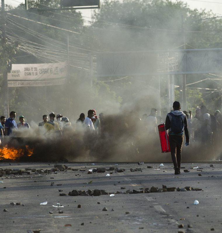 Grupo de manifestantes toman una avenida universitaria en Managua, Nicaragua.(EFE)