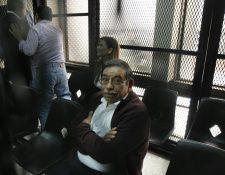 El exministro de Energía y Minas, Edwin Rodas, mientras escucha la resolución del Juzgado Quinto Penal (Foto Prensa Libre: Paulo Raquec).