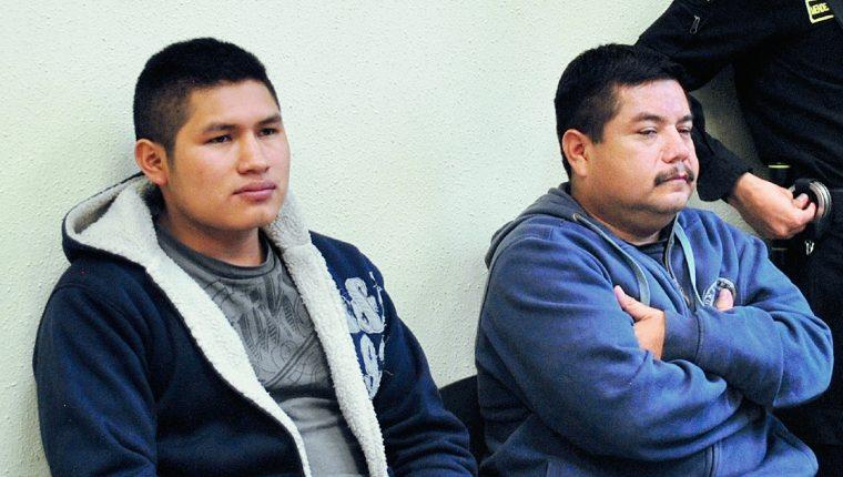 Los agentes  de la PNC Jonás Francisco Xicará Chaclán (preso) y Amado Misael del Águila Bámaca (recapturado) durante jucio por ejecución extrajudicial, en Xela, en el 2014. (Foto Prensa Libre: Alejandra Martínez)