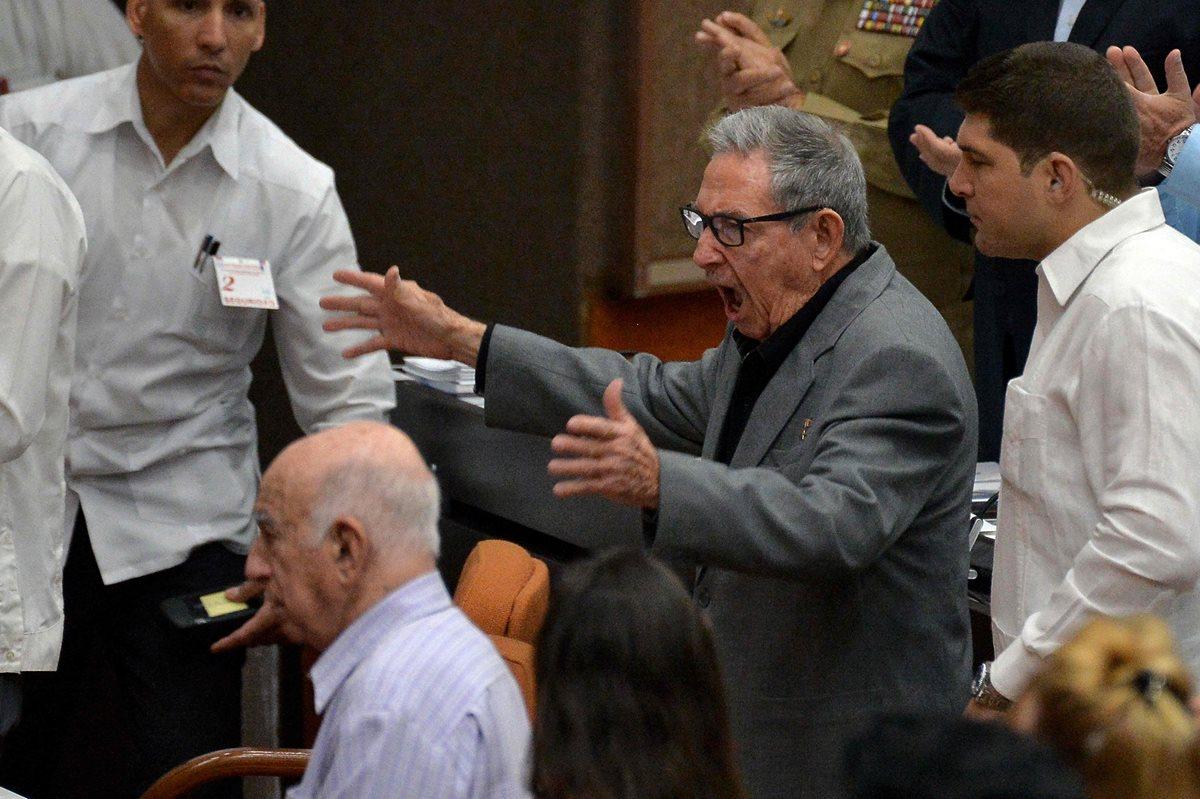 El Primer Secretario del Partido Comunista de Cuba, el ex presidente de Cuba, Raúl Castro, hace un gesto ante el debate sobre el proyecto de nueva Constitución en la Asamblea Nacional del Poder Popular de Cuba. (Foto, Prensa Libre: AFP).